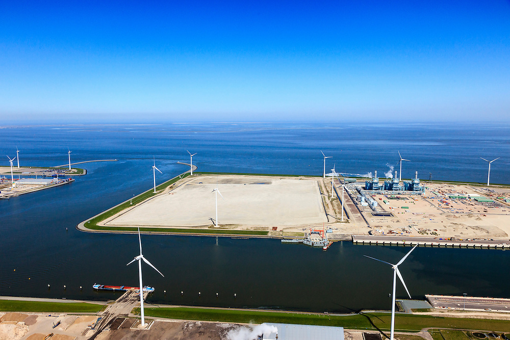 Nederland, Groningen, Eemshaven, 01-05-2013;  nieuw (leeg) haventerrein aan de Wilhelminahaven..De Magnum multi-fuel centrale van Nuon werkt als  STEG-centrale op aardgas (SToom en Gas), gaat later kolen en een kolen/biomassa mengsel vergassen. Waddenzee. .Nuon's Magnum multifuel power station is a CCGT power station natural gas (steam and gas), but will later also be suitable for gasification of coal and coal / biomass mixture on a new empty harbour site in  the port of Eemshaven. Wadden Sea..luchtfoto (toeslag op standard tarieven).aerial photo (additional fee required).copyright foto/photo Siebe Swart