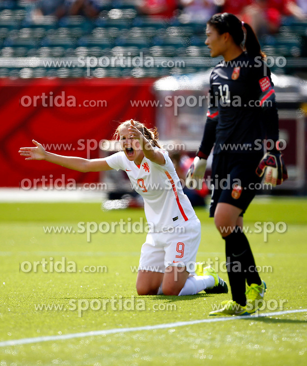 12.06.2015, Commonwealth Stadium, Edmonton, CAN, FIFA WM, Frauen, China vs Niederlande, Gruppe A, im Bild Vivianne Miedema (L) of the Netherlands reacts.The Netherlands lost the match 0-1 // during group A match of FIFA Women's World Cup between China and Netherlands at the Commonwealth Stadium in Edmonton, Canada on 2015/06/12. EXPA Pictures &copy; 2015, PhotoCredit: EXPA/ Photoshot/ Ding Xu<br /> <br /> *****ATTENTION - for AUT, SLO, CRO, SRB, BIH, MAZ only*****