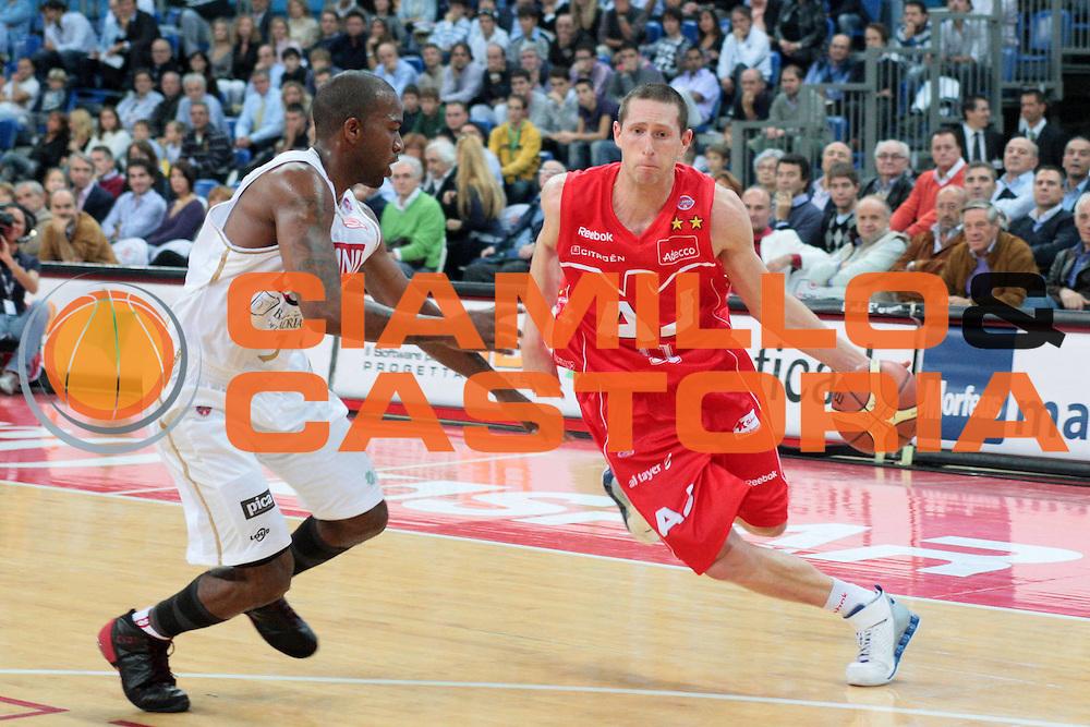DESCRIZIONE : Pesaro Lega A1 2008-09 Scavolini Spar Pesaro Armani Jeans Milano<br /> GIOCATORE : Jobey Thomas<br /> SQUADRA : Armani Jeans Milano<br /> EVENTO : Campionato Lega A1 2008-2009 <br /> GARA : Scavolini Spar Pesaro Armani Jeans Milano<br /> DATA : 12/10/2008 <br /> CATEGORIA : palleggio<br /> SPORT : Pallacanestro <br /> AUTORE : Agenzia Ciamillo-Castoria/G.Livaldi<br /> Galleria : Lega Basket A1 2008-2009 <br /> Fotonotizia : Pesaro Campionato Italiano Lega A1 2008-2009 Scavolini Spar Pesaro Armani Jeans Milano<br /> Predefinita :