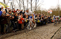 TOM BOONEN climbs Mollenberg, leaving the peloton behind, without trying !!