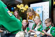 Koningin Maxima aanwezig bij start viering 100 jaar welpen van Scouting Nederland. Welpen zijn bij Scouting de kinderen tussen zeven en elf jaar. Koningin Máxima is beschermvrouwe van Scouting Nederland.Koningin Máxima spreekt met verschillende welpen en helpt bij het bakken en versieren van de cupcakes. <br /> <br /> Queen Maxima attends the celebration of 100 years of Scouting Netherlands cubs. Cubs are the children between seven and eleven years old at Scouting. Queen Máxima is the patron of Scouting Nederland. Queen Máxima speaks with various cubs and helps with baking and decorating the cupcakes.