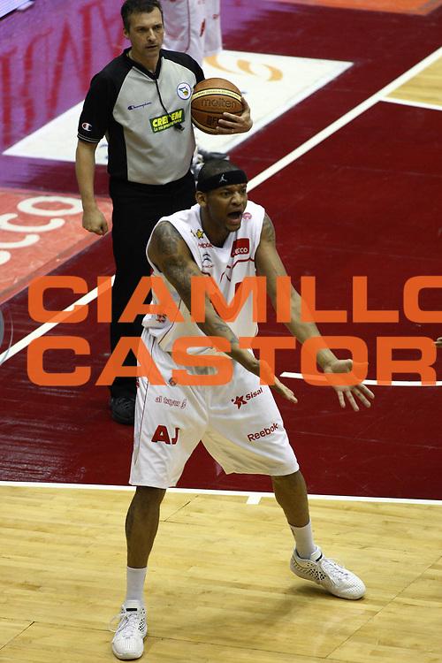 DESCRIZIONE : Milano Lega A 2008-09 Playoff Semifinale Gara 1 Armani Jeans Milano Angelico Biella<br /> GIOCATORE : Mike Hall<br /> SQUADRA : Armani Jeans Milano<br /> EVENTO : Campionato Lega A 2008-2009<br /> GARA : Armani Jeans Milano Angelico Biella<br /> DATA : 29/05/2009<br /> CATEGORIA : delusione espressione curiosita<br /> SPORT : Pallacanestro<br /> AUTORE : Agenzia Ciamillo-Castoria/C.De Massis