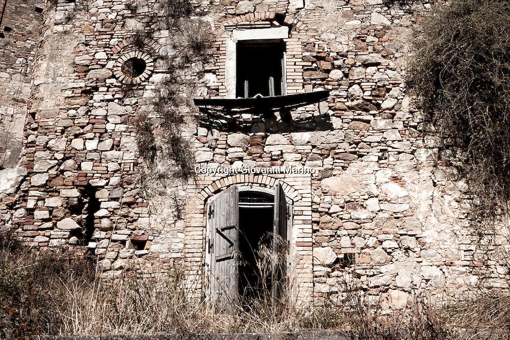 Craco (MT) 2011 - Craco è un paesino lucano in Provincia di Matera. Il centro storico, negli anni sessanta, ha conosciuto un'evacuazione che lo ha reso una vera e propria città fantasma. Questo fenomeno ha contribuito comunque a rendere particolare l'abitato di Craco, che per tale caratteristica è stato scelto come set cinematografico di vari film.