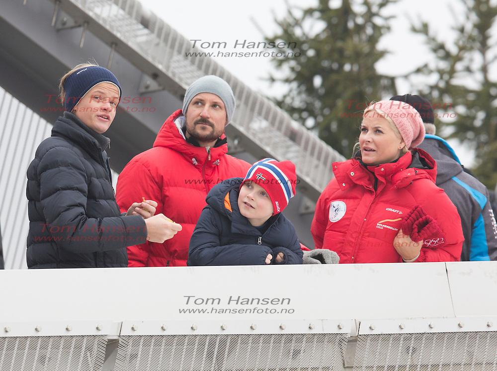 OSLO,  20140309: Kongelig Holmenkollsøndag. Kong Harald og dronning Sonja med kronprins Haakon og kronprinsesse Mette-Marit på hopprennet, med barna prinsesse Ingrid Alexandre, prins Sverre Magnus og Marius Borg Høiby. .  FOTO: TOM HANSEN