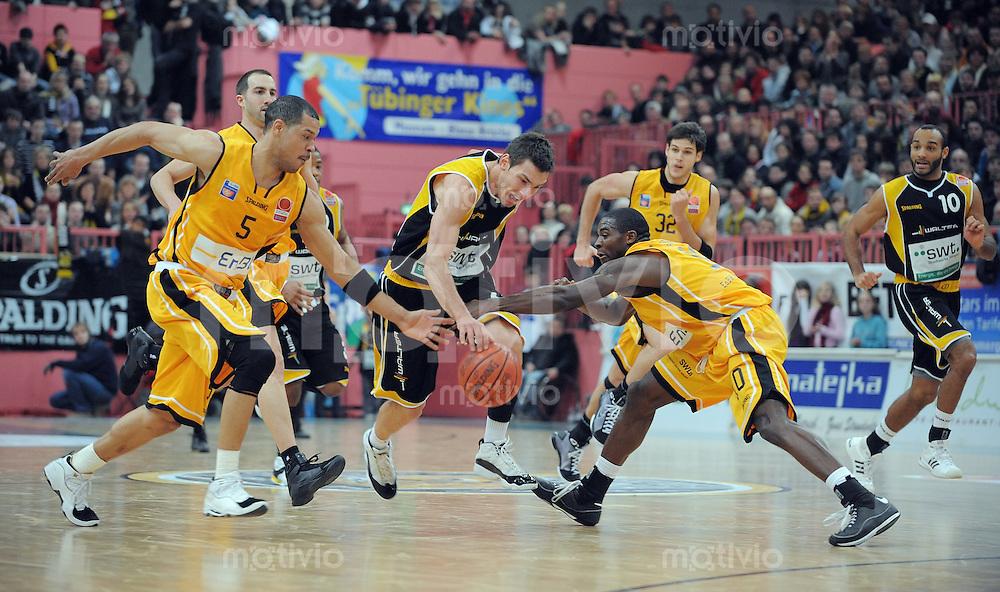 Basketball  1. Bundesliga  2008/2009  11.01.2008 Walter Tigers Tuebingen  - ENBW Ludwigsburg   Brian Jones (li, ENBW L) gegen Branislav Ratkovica (Mitte, WT) und Domonic Jones (re, ENBW L)