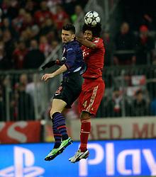 13.03.2013, Fussball Champions League Achtelfinale Rückspiel: FC Bayern München - FC Arsenal London, In der Allianz-Arena München. v.li: Olivier Giroud (Arsenal London) gegen Dante (Bayern München)