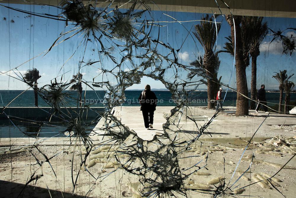 HAMMAMET. IL MARE TUNISINO DAI VETRI SFONDATIDELLA VILLA DEVASTATA E BRUCIATA DI BEL ASSAN TRABELSI' FRATELLO DI LEILA BEN ALI MOGLIE DELL'EX PRESIDENTE TUNISINO BEN ALI;
