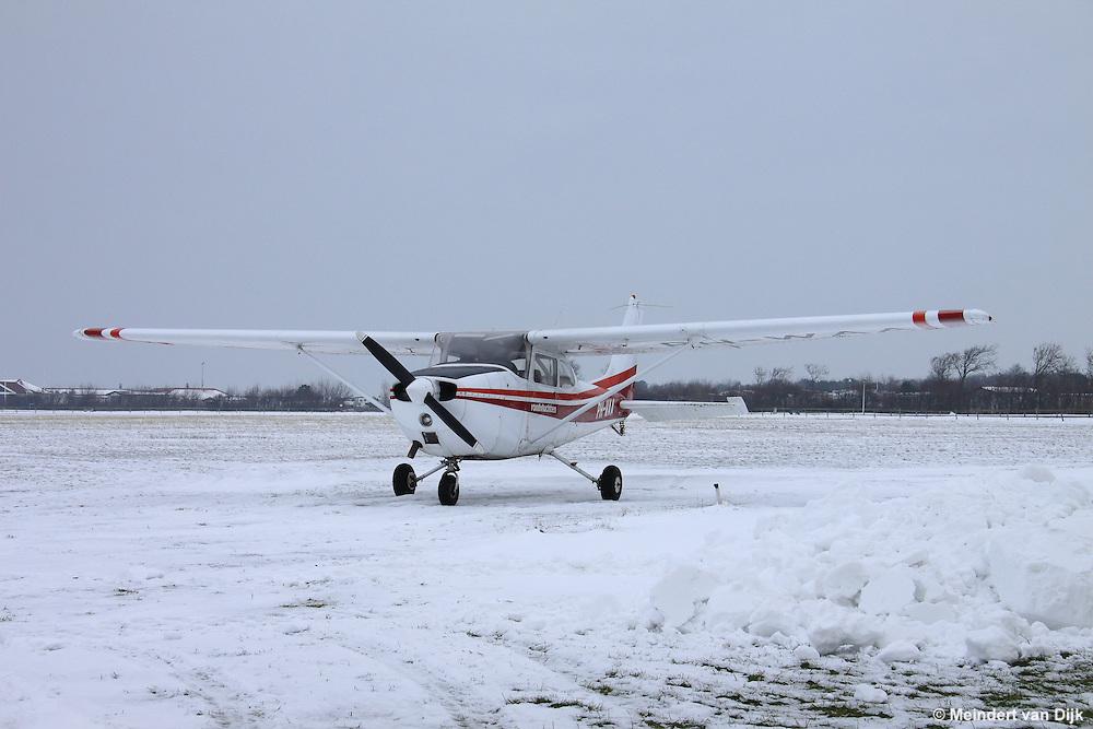 Vliegtuig (Cessna) op Vliegveld Ameland te Ballum. Airplane (Cessna) at Airport Ameland.