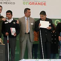 """Temoaya, Mexico.- El gobernador Eruviel Avila Villegas entrega computadoras a deviles visuales, como parte del programa """"acciones por la educacion"""" del gobierno del Estado de Mexico. Agencia MVT / Jose Hernandez."""