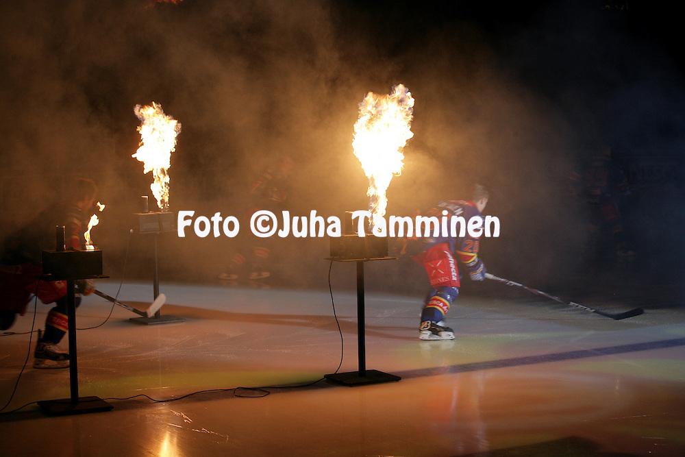 23.10.2012, Hartwall Areena, Helsinki..J??kiekon SM-liiga 2012-13. Jokerit - JYP..Jokerit tulevat kaukaloon liekkishown saattelemana.