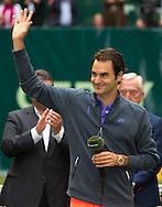 Roger Federer (SUI)  winkt und bedankt sich beim Publikum, <br /> Endspiel, Final, Siegerehrung,Pr&auml;sentation,<br /> <br /> Tennis - Gerry Weber Open - ATP 500 -  Gerry Weber Stadion - Halle / Westf. - Nordrhein Westfalen - Germany  - 21 June 2015. <br /> &copy; Juergen Hasenkopf