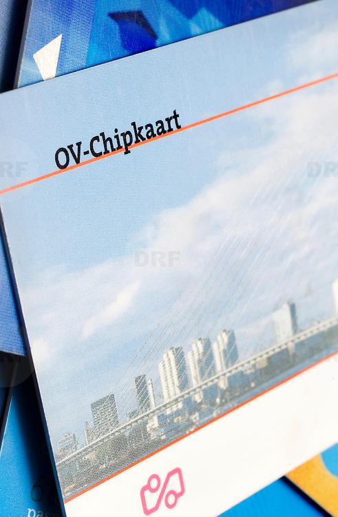 Nederland Rotterdam 9 januari 2008 .OV-Chipkaart niet meer veilig.De veiligheid van de ov-chipkaart, het vervoersbewijs dat de strippenkaart zal vervangen, is niet meer gegarandeerd, sinds de code van de chip door Duitse hackers is gekraakt. De hackers toonden aan dat er na een eenvoudige digitale ingreep, gratis gereisd kon worden..Hackers kraken ov-chipkaart.AMSTERDAM - Twee Duitse hackers hebben de werking van de chip in de ov-chipkaart ontdekt. Daardoor is de huidige chipkaarttechnologie waardeloos geworden, zegt Ron Gonggrijp. Hij bevestigde dinsdag een bericht in de Volkskrant..?.OV-chipkaart. ANP.Gonggrijp, initiatiefnemer van de actie tegen de stemcomputer, was eind 2007 aanwezig bij het 24e Chaos Computer Congres in Berlijn, waar de Duitsers Karsten Nohl en Henryk Plötz aantoonden dat met spullen ter waarde van nog geen 100 euro volledige controle over de chip te krijgen is. .Volgens Gonggrijp is het probleem dat Trans Link Systems, het bedrijf dat in Nederland de ov-chipkaart invoert, de werking van de chip geheim moet houden om het systeem veilig te maken. De Nederlandse geheimschriftdeskundige August Kerkhof toonde al in .1883 aan dat dat een verkeerd uitgangspunt is. De werking van een systeem moet juist bekend zijn om het veilig te maken. .Als de Duitsers en Gonggrijp gelijk hebben, zal de invoering van de ov-chip opnieuw vertraging oplopen. De kaart, die alle andere toegangsbewijzen tot het openbaar vervoer moet vervangen, zou dit jaar worden ingevoerd, maar dat is al tot 2009 uitgesteld. .Gonggrijp ziet een voordeel van de ontdekking van de Duitsers. Trans Link zei tot nu toe dat de privacy niet in de gebruikte Mifarechip kon worden ingebouwd, omdat de technologie dat niet toeliet. Nu er een nieuwe technologie nodig is, kan aan de privacy alsnog recht worden gedaan. Bovendien kunnen essentiële zwaktes in de huidige chip, zoals de getallengenerator, worden aangepakt. .Een woordvoerster van Trans Link Systems zegt dat de Duitsers slechts een kleine sch
