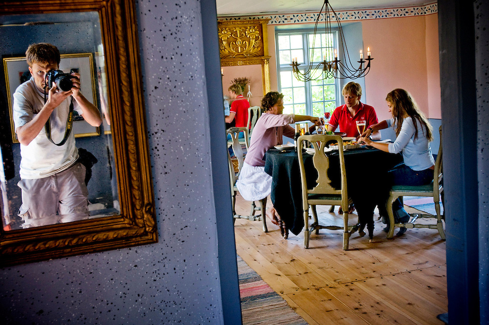 Chris Maluszynski photographing Eva Darpö, having lunch with her son X and his girlfriend Y, in their summer home in Bunge, Gotland...Photographer: Chris Maluszynski /MOMENT