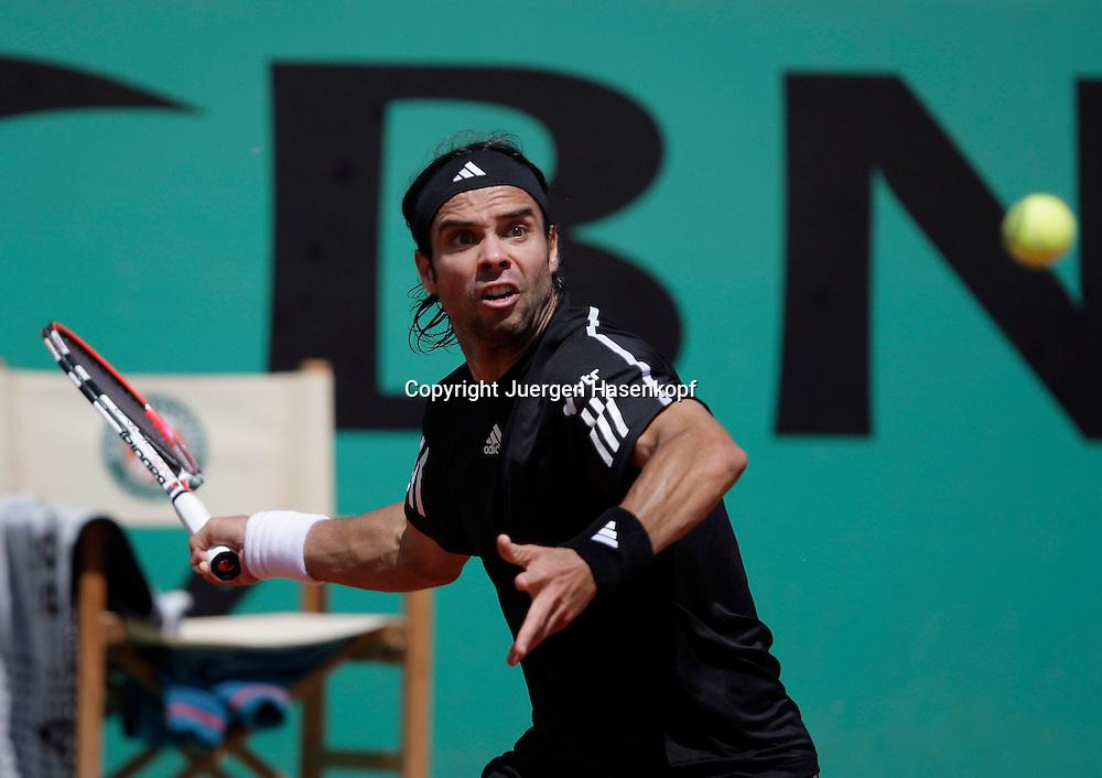 French Open 2009, Roland Garros, Paris, Frankreich,Sport, Tennis, ITF Grand Slam Tournament,  <br /> Fernando Gonzales (CHI) spielt eine Vorhand mit Blick auf den Ball,forehand,action,<br /> <br /> Foto: Juergen Hasenkopf