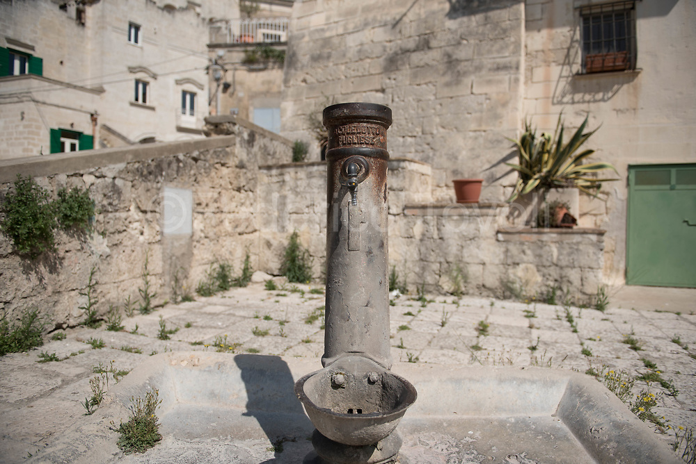 An old innovation of the Kingdom of Italy, the engineering work that was the Apulian aqueduct, the old fountain once used to replace the water supply just made of rain water.