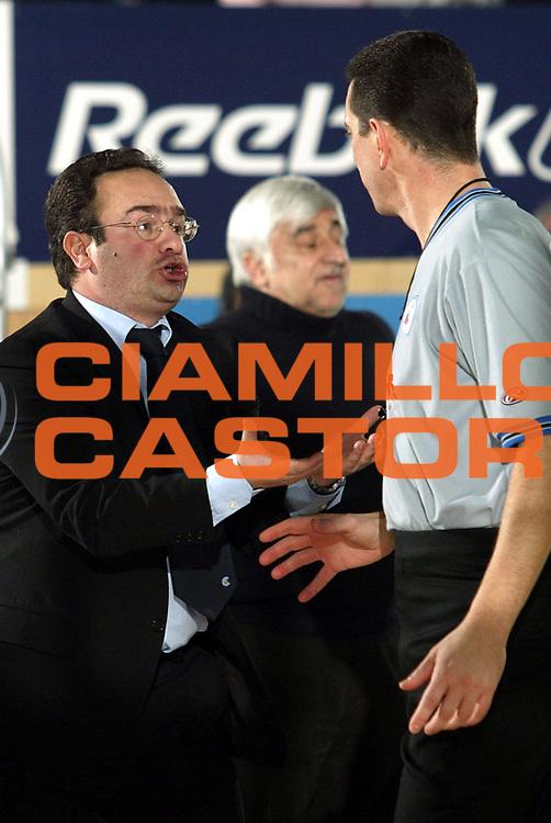 DESCRIZIONE : CANTU CAMPIONATO LEGA A1 2004-2005<br />GIOCATORE : SACRIPANTI - ARBITRO REFEREE<br />SQUADRA : VERTICAL VISION CANTU<br />EVENTO : CAMPIONATO LEGA A1 2004-2005<br />GARA : VERTICAL VISION CANTU-SCAVOLINI PESARO<br />DATA : 06/02/2005<br />CATEGORIA : Delusione<br />SPORT : Pallacanestro<br />AUTORE : AGENZIA CIAMILLO &amp; CASTORIA/S.Ceretti