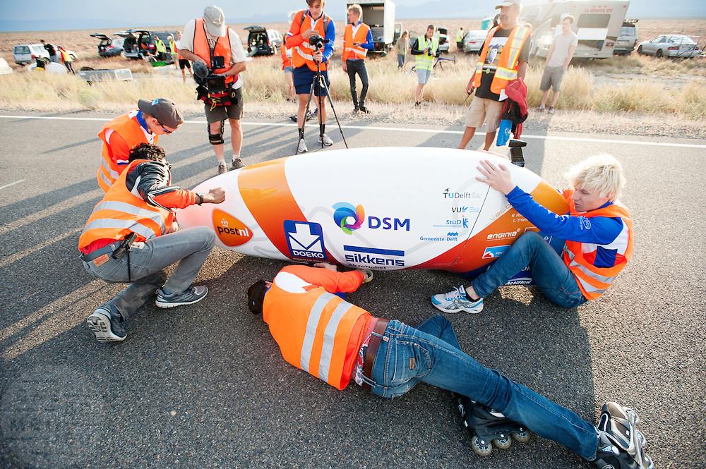 De VeloX V wordt dicht getapet. Op maandagochtend vinden de kwalificaties plaats. Het team slaagt er door valpartijen niet in om de rijders en de VeloX V te kwalificeren. Het Human Power Team Delft en Amsterdam (HPT), dat bestaat uit studenten van de TU Delft en de VU Amsterdam, is in Amerika om te proberen het record snelfietsen te verbreken. Momenteel zijn zij recordhouder, in 2013 reed Sebastiaan Bowier 133,78 km/h in de VeloX3. In Battle Mountain (Nevada) wordt ieder jaar de World Human Powered Speed Challenge gehouden. Tijdens deze wedstrijd wordt geprobeerd zo hard mogelijk te fietsen op pure menskracht. Ze halen snelheden tot 133 km/h. De deelnemers bestaan zowel uit teams van universiteiten als uit hobbyisten. Met de gestroomlijnde fietsen willen ze laten zien wat mogelijk is met menskracht. De speciale ligfietsen kunnen gezien worden als de Formule 1 van het fietsen. De kennis die wordt opgedaan wordt ook gebruikt om duurzaam vervoer verder te ontwikkelen.<br /> <br /> The qualifying on Monday. The team didn't qualify due to crashes. The Human Power Team Delft and Amsterdam, a team by students of the TU Delft and the VU Amsterdam, is in America to set a new  world record speed cycling. I 2013 the team broke the record, Sebastiaan Bowier rode 133,78 km/h (83,13 mph) with the VeloX3. In Battle Mountain (Nevada) each year the World Human Powered Speed Challenge is held. During this race they try to ride on pure manpower as hard as possible. Speeds up to 133 km/h are reached. The participants consist of both teams from universities and from hobbyists. With the sleek bikes they want to show what is possible with human power. The special recumbent bicycles can be seen as the Formula 1 of the bicycle. The knowledge gained is also used to develop sustainable transport.