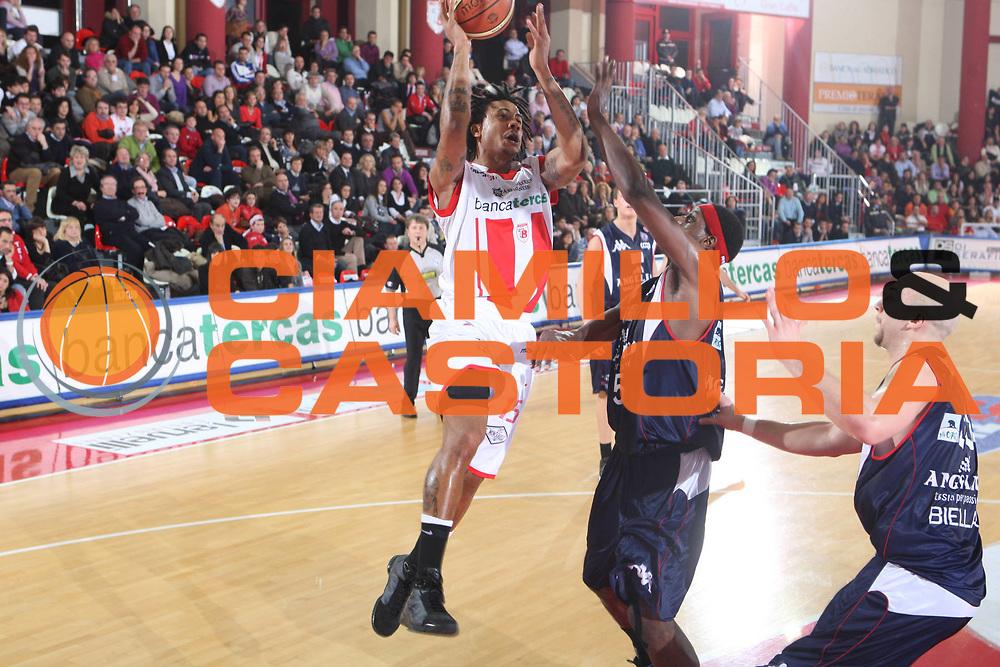 DESCRIZIONE : Teramo Lega A1 2008-09 Bancatercas Teramo Angelico Biella<br />GIOCATORE : David Moss<br />SQUADRA : Bancatercas Teramo <br />EVENTO : Campionato Lega A1 2008-2009<br />GARA : Bancatercas Teramo Angelico Biella<br />DATA : 31/01/2009<br />CATEGORIA : Tiro <br />SPORT : Pallacanestro<br />AUTORE : Agenzia Ciamillo-Castoria/G.Ciamillo<br />Galleria : Lega Basket A1 2008-2009<br />Fotonotizia : Teramo Campionato Italiano Lega A1 2008-2009 Bancatercas Teramo Angelico Biella<br />Predefinita :