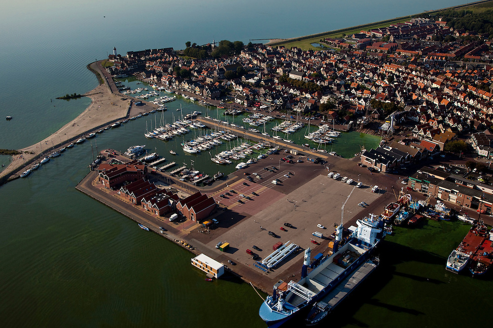 Nederland, Noordoostpolder, Urk, 08-09-2009. Voormalig eiland Urk, zicht op haven en jachthaven.Vissersplaats met grote vissersvloot, visafslag (veiling) en visverwerkende industrie. Streng gelovig dorp, veel verschillende  protestantse kerken en kerkgenootschappen. .Former island Urk, fishing port and marina. Fishing village with fish auction and fish processing industry. Strict religious village, many Protestant churches and denominations. .(toeslag); aerial photo (additional fee required); .foto Siebe Swart / photo Siebe Swart