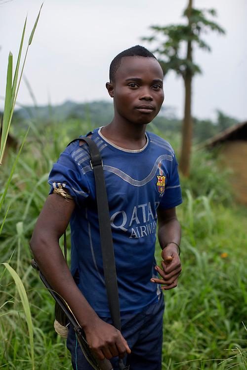 Nyambembe, Congo<br /> <br /> En av rebell gruppen RM, Raia Mutomboki, f&auml;sten &auml;r i byn Nyambembe.<br /> M&aring;nga av soldaterna ser ut som minder&aring;riga men p&aring; fr&aring;gan om hur gamla de &auml;r svarar de att konsekvent att de &auml;r &ouml;ver 18.<br /> H&auml;r &auml;r de p&aring; v&auml;g till et m&ouml;te med en annan RM r&ouml;relse i grannbyn.<br /> Saikama s&auml;ger at han &auml;r 28 p&aring; fr&aring;gan om hur gammal han &auml;r.<br /> Photo: Niclas Hammarstr&ouml;m