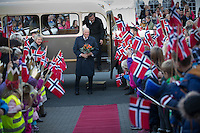 DRANGEDAL/GJERSTAD, 20151027: Kong Harald besøker Drangedal og Gjerstad under sin lynvisitt til disse to kommunnene i dag. Kongen møtte lokalbefolkningen i Drangedal, og besøkte minidyreparken og regnskogen på Brokelandsheia.  FOTO: TOM HANSEN