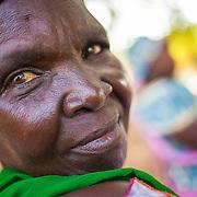 LÉGENDE: Portrait d'une enseignante lors d'une réunion avec les parents. LIEU: Centre Social Jardin d'enfants, Sarh, Tchad. PERSONNE(S): Portrait enseignante (à gauche). Très gros plan.