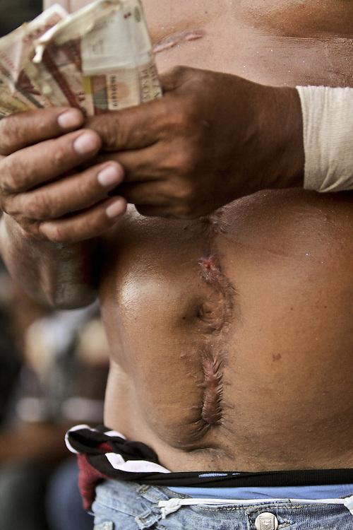 Un baderillero recolecta dinero después de su faena durante una corraleja en Since, Sucre, Colombia