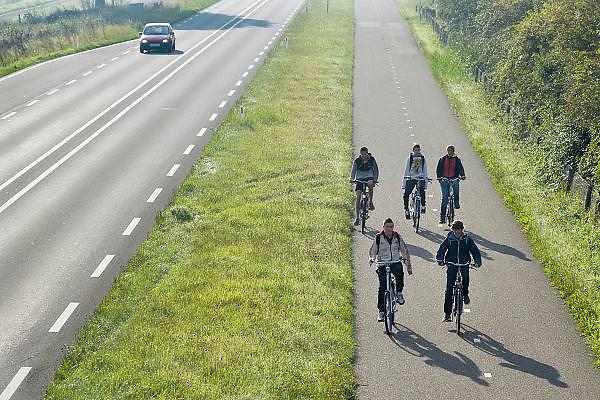 Nederland, Beek Ubbergen, 25-8-2014In Zuid Nederland zijn de scholen weer begonnen. Leerlingen van de middelbare school zijn op weg vanuit de Ooijpolder naar hun school in de stad, Nijmegen.FOTO: FLIP FRANSSEN/ HOLLANDSE HOOGTE