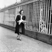 27/08/1959<br /> 08/27/1959<br /> 27 August 1959<br /> Shanahan Stamps trial. A waitress from a nearby restaurant bringing a lunch-tray to Dr. Paul Singer and his wife Irma in the Bridewell, Garda station, Dublin, after the court session.