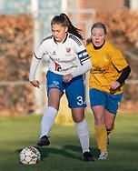 FODBOLD: Katja Mikkelsen (Herlufsholm GF) følges af Ida B. Jørgensen (Ølstykke FC) under kampen i Sjællandsserien mellem Ølstykke FC og Herlufsholm GF den 9. april 2019 på Ølstykke Stadion. Foto: Claus Birch
