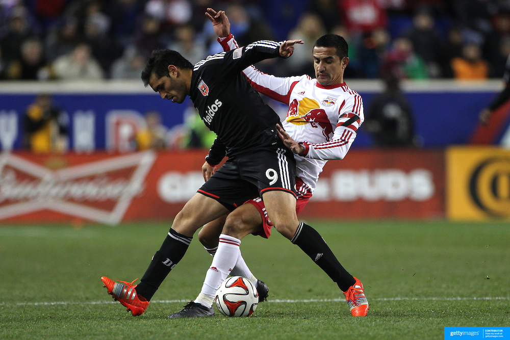 Tim Cahill, (right), New York Red Bulls, challenges Fabian Espindola, DC United, during the New York Red Bulls V DC United, MLS Cup Playoffs, Eastern Conference Semifinals first leg at Red Bull Arena, Harrison, New Jersey. USA. 2nd November 2014. Photo Tim Clayton