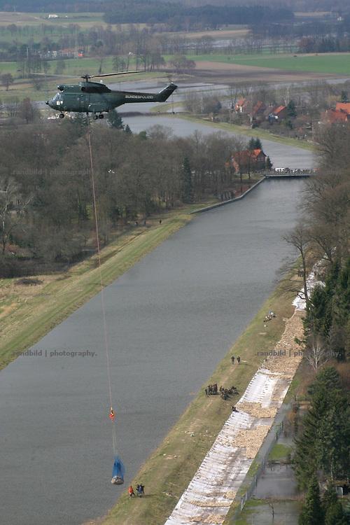 Ein Hubschrauber der Bundespolizei fliegt die vom Hochwasser gefährdeten Jeetzeldeiche bei dannenberg an und lädt Sandsäcke ab. A helicopter drosn down sand bags to protect the area from floods.