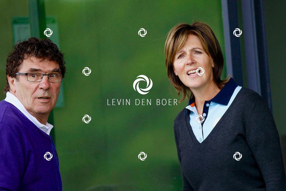 BADHOEVEDORP - De DON Masters is een celebrity golftoernooi, waarbij iedere flight bestaat uit 3 deelnemers en 1 bekende Nederlander. Het toernooi plaats op Golfclub The International. Met op de foto  Willem van Hanegem en Elsemieke Havenga. FOTO LEVIN DEN BOER - PERSFOTO.NU