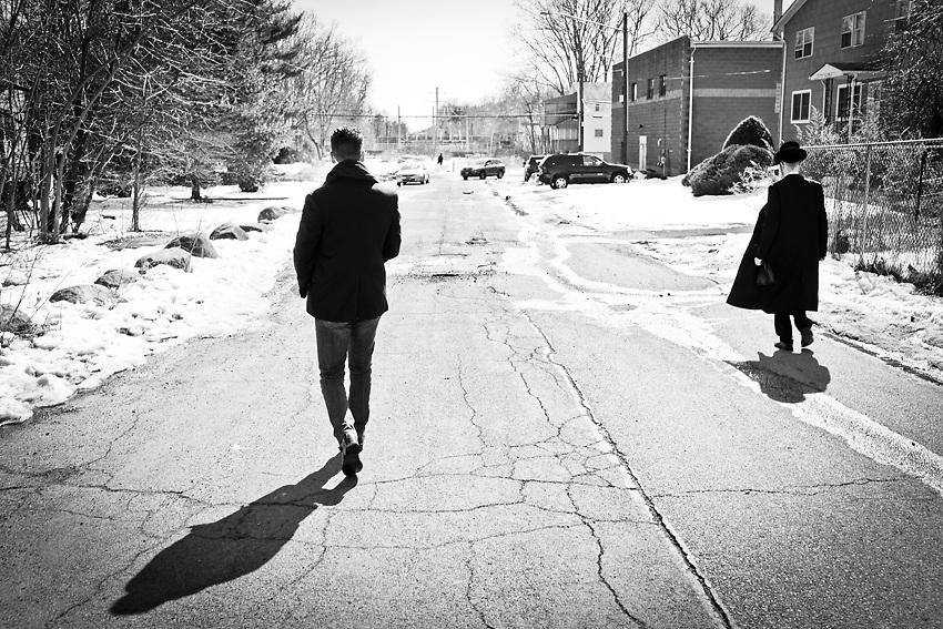Kal Holczler cammina sulla strada della sua vecchia casa a New Square, la cittadina abitata da circa 7,000 ebrei ultra-ortodossi originari dell'Ungheria. Foto scattata una mattina del 9 Marzo 2014.