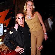 Uitreiking populariteitsprijs Noord Holland, Big Brother Sandy Boots met lookalike Arnold Schwarzenegger
