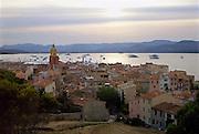 Frankrijk, St. Tropez, 2-9-2006..Uitzicht op Saint Tropez, gelegen aan de baai bij zonsondergang. Luxe boten, jachten liggen voor anker. Cote d Azur, zuidkust..Foto: Flip Franssen, NVF, 024-3238442