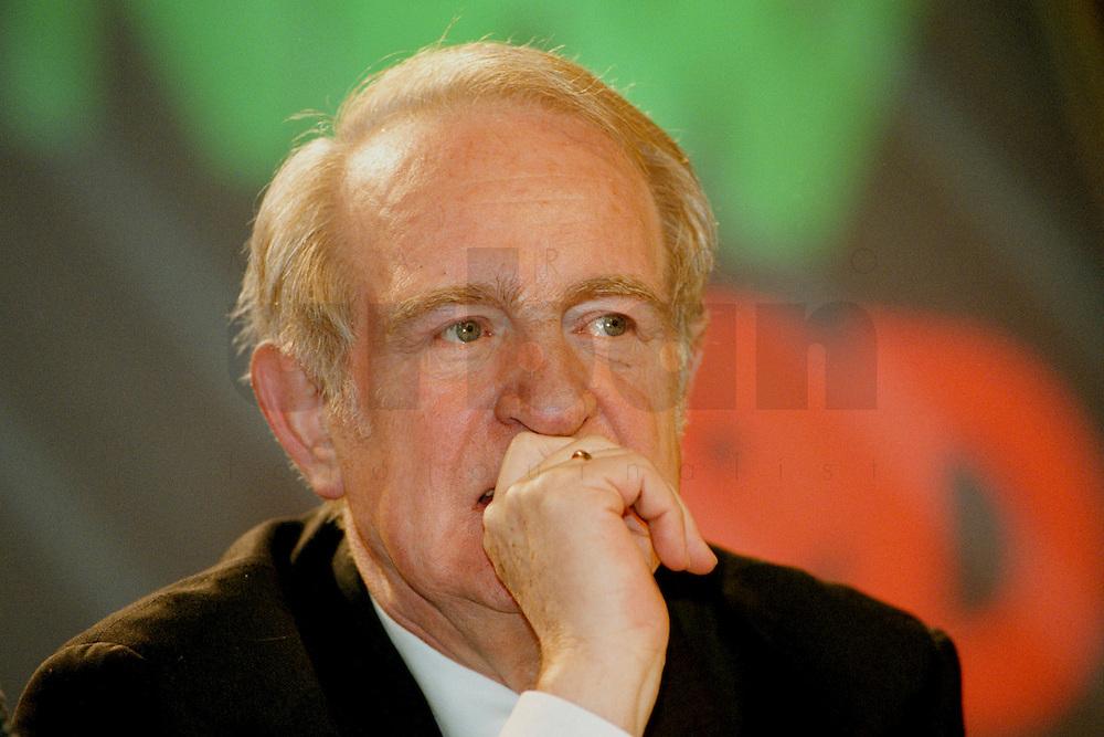 31 JANUARY 1998, DORTMUND/GERMANY:<br /> Johannes Rau, SPD, Ministerpräsident Nordrhein-Westfalen, auf dem Landesparteitag der SPD NRW<br /> IMAGE: 19980131-01/01-22