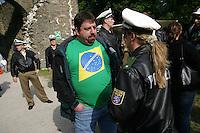 Feature Koenigstein          Ein Fan der brasilianischen Nationalmannschaft spricht mit einer Polizistin, waehrend eines Futsal Tuniers an der Burg von Koenigstein im Taunus.