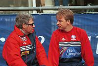 99041429: Vålerengas trenerteam, Egil Drillo Olsen og Lars Tjærnås venter på at oppgjøret mot Bodø/Glimt på Bislett 10. april 1999 skal komme i gang. (Foto: Peter Tubaas)