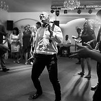 Invitat danseaza la nunta in Timisoara, Romania.