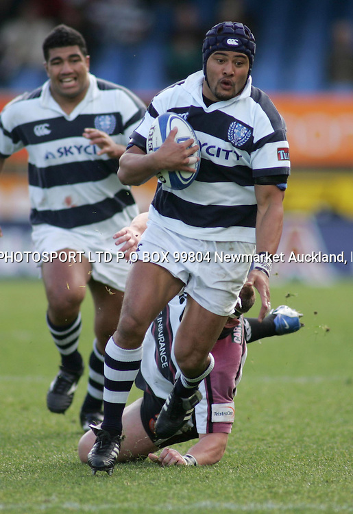Aucklands Sam Tuitupou makes an attacking run during the Battle of the Bridge, Saturday 4th September 2004. North Harbour defeated Auckland 34 - 32.<br />PHOTO: Chris Skelton / PHOTOSPORT