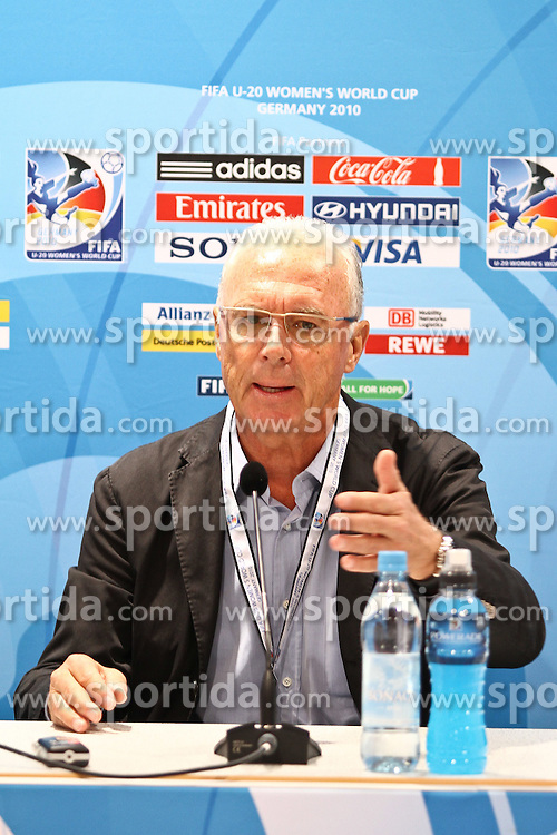 25.07.2010,  Augsburg, GER, FIFA U20 Womens Worldcup, , Viertelfinale, USA vs Nigeria,  im Bild  Franz Beckenbauer bei der Halbzeit Pressekonferenz, EXPA Pictures © 2010, PhotoCredit: EXPA/ nph/ . Straubmeier+++++ ATTENTION - OUT OF GER +++++ / SPORTIDA PHOTO AGENCY
