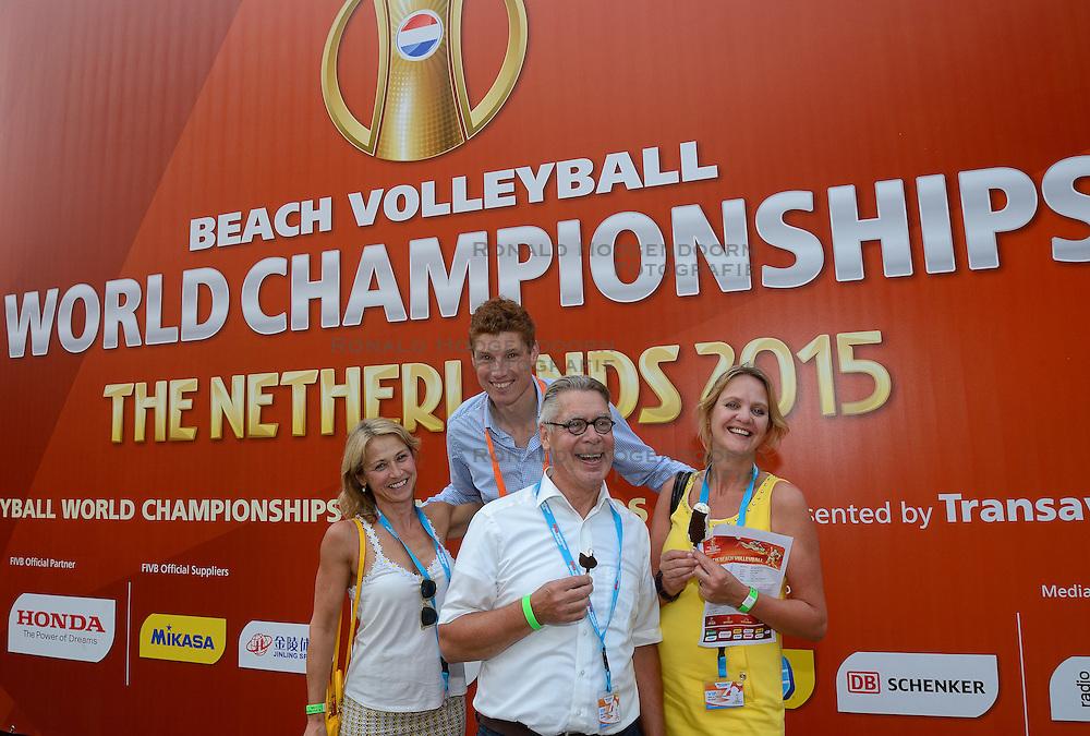 20150702 NED: WK Beachvolleybal day 7<br /> Teamfoto van de genodigden van de Bas van de Goor Foundation.