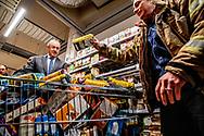 ROTTERDAM - Rotterdam - Burgemeester Aboutaleb van Rotterdam zal dinsdag 18 december om klokslag 12.30 bij de Jumbo Botersloot winkelen voor de voedselbank. Amanda van Kuijk zal hem hierbij vergezellen. Een kwartier lang zal Aboutaleb door de Jumbo racen om zoveel mogelijk boodschappen voor de voedselbank in zijn wagentje te gooien. Amanda zal hem bij het selecteren van de spullen assisteren zodat het meest noodzakelijke in het wagentje terechtkomt.<br /> Brandweervrouw Amanda van Kuijk is een aantal weken geleden gestart met haar inzamelingsactie voor de Voedselbank. Dit om meer mensen een gezellige kerst met voldoende eten te kunnen bezorgen. Afgelopen tijd hebben veel mensen gehoor aan de actie gegeven. Zowel kazernes als meerdere supermarkten hebben meegewerkt. Met de winkelactie samen met Aboutaleb wordt de actie van Amanda afgesloten. Het inleveren van spullen kan tot 19 december bij kazerne Bosland in Rotterdam.ROBIN UTRECHT