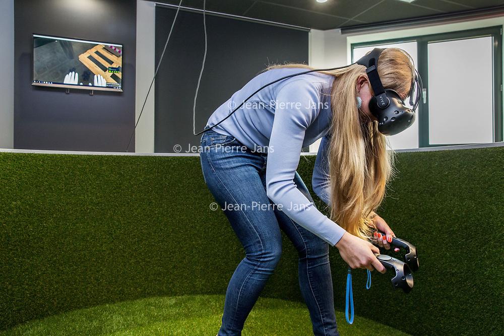Nederland, Zeist, 7 juni 2017.<br /> Uitzendbureau OTTO gebruik nieuwste technieken voor scholing <br /> Om ervoor te zorgen dat logistiek personeel meteen aan de slag kan, leidt uitzender OTTO zo vooraf op met 3D-technieken. Ze leren het pakhuis waar ze komen te werken dan al kennen.<br /> <br /> Foto: Jean-Pierre Jans