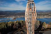 Bauvorhaben:<br /> Holzaussichtsturm<br /> auf dem Pyramidenkogel<br /> in A-9074 Keutschach am See, &Ouml;sterreich/K&auml;rnten<br /> Bauweise:<br /> Ingenieur-Holz-/Stahlbau<br /> Bauzeit:<br /> Oktober 2012 bis Juni 2013 (zwei Monate Turmrohbau)<br /> Baukosten:<br /> ca. 8 Mio. Euro (ohne Steuern)<br /> Bruttogeschossfl&auml;che: 700 m2<br /> Bauherr:<br /> Pyramidenkogel Infrastruktur GmbH &amp; Co. KG<br /> A-9020 Klagenfurt www.pyramidenkogel-ktn.at<br /> Projektmanagement:<br /> Kastner ZT-GmbH A-9020 Klagenfurt www.kastner-zt.eu<br /> Architektur:<br /> Klaura, Kaden + Partner ZT GmbH<br /> A-9020 Klagenfurt www.klaura.at www.kaden.cc www.arch-laure.at<br /> Tragwerksplanung:<br /> Lackner + Raml ZT GmbH A-9500 Villach www.lackner-raml.at<br /> Statische Pr&uuml;fung:<br /> Cr&eacute;ation Holz GmbH CH-9101 Herisau www.creation-holz.ch und<br /> Rubner Holzbau GmbH A-3200 Ober-Grafendorf www.rubner.com<br /> Windkanalversuche:<br /> Wacker Ingenieure<br /> D-75217 Birkenfeld www.wacker-ingenieure.de<br /> Holzbau<br /> (Werkplanung und Fertigung):<br /> Rubner Holzbau GmbH A-3200 Ober-Grafendorf (Zweigstelle Villach) und<br /> A-9584 Finkenstein (Projektabwicklung + Montage) www.rubner.com<br /> Stahlbau<br /> (Werkplanung und Fertigung):<br /> Zeman &amp; Co. GmbH A-1120 Wien www.zeman-stahl.com<br /> Verwendete Holzmengen:<br /> 500 m3 BS-Holz (L&auml;rche) 1000 m2 BSP (Fichte)<br /> Verwendete Stahlmenge: 300 t