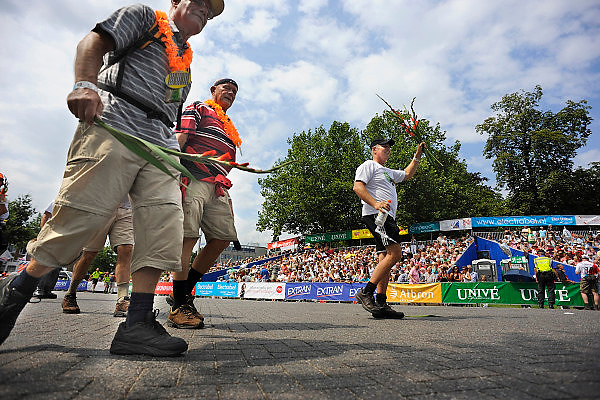 Nederland, Nijmegen, 23-7-2010Het vierdaagselegioen loopt over de Via Gladiola Nijmegen binnen. Na een feestelijke intocht volgt de uiteindelijke finish en het ophalen van het kruisje, vierdaagsekruisje, op de Wedren.Foto: Flip Franssen
