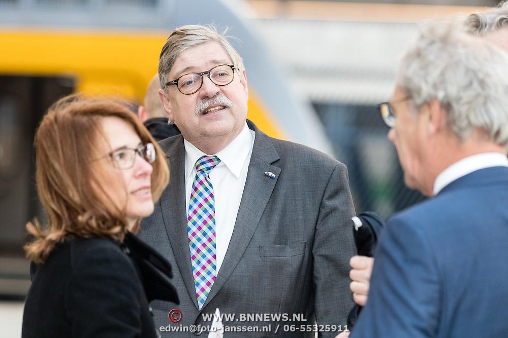 NLD/Huizen/20161130 - Staatsbezoek Belgie dag 3 - Koningin Mathilde en Koningin Maxima bezoeken Utrecht CS, de heer W.I.I. van Beek, commissaris van de Koning in de provincie<br /> Utrecht