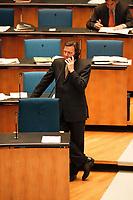 28.01.1999, Deutschland/Bonn:<br /> Gerhard Schröder, SPD, Bundeskanzler, telefoniert während einer Unterbrechung zur Auszählung nach einem sog. Hammelsprung, Plenum, Deutscher Bundestag, Bonn <br /> IMAGE: 19990128-01/01-28<br />  <br />  <br />  <br /> KEYWORDS: Gerhard Schroeder, Telefon, phone, telephone