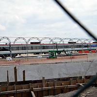 ZINACANTEPEC, Mexico (Junio 10,2017).-  Un gran avance en las naves de las instalaciones que se construyen para la terminal del tren Interurbano, en Zinacantepec, personal técnico continúan los trabajos del armado de los vagones. Agencia MVT. José Hernández.